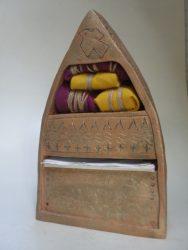 Materiaal: Keramiek, stof en touw